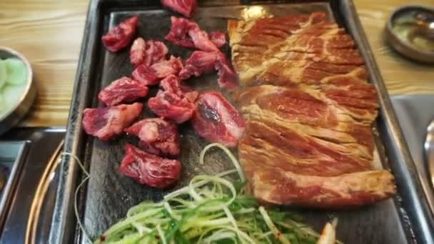 Tradiční korejské barbecue a doplnky zeleninové jídlo. Grilované na velké kamenné desky
