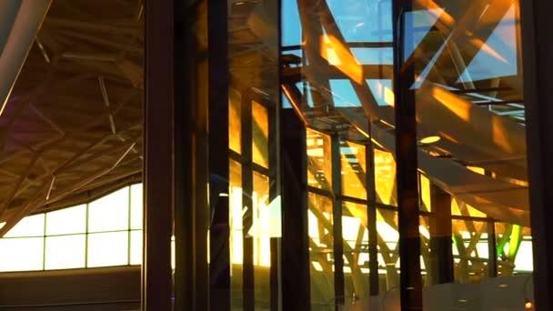 Západ slunce lesk skla architekturu interiéru zastřelil abstrakt futuristické moderní budovy