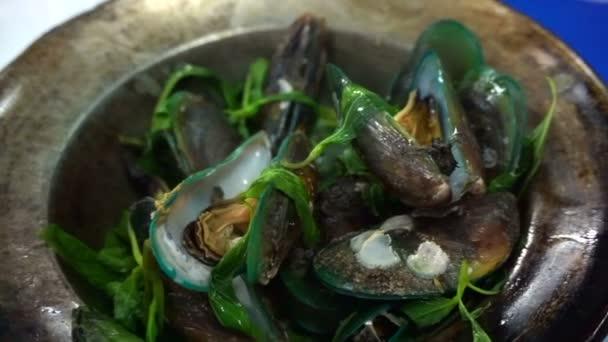 thailändische, chinesische Meeresfrüchte gebackene Muscheln im Topf mit Kräutern