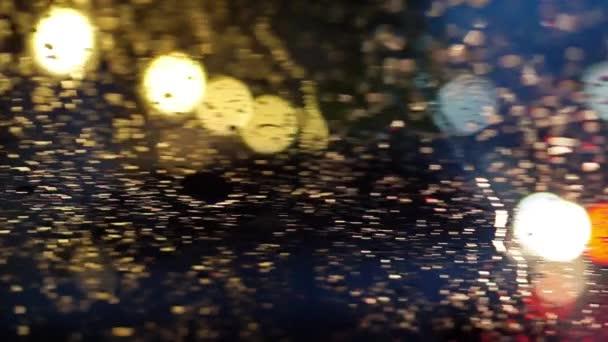abstraktní rozostření provoz osvětlení v dešti s bokeh