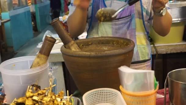 Díky thajskou chilli čerstvé pasty v třecí misce s tloučkem