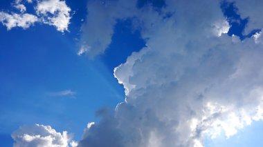 bulutlu mavi gökyüzü
