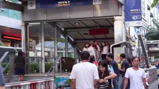 Dojíždějící na metro, podzemní železniční stanice vstup na Bangkok