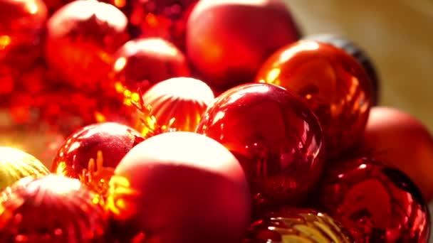 Makro, lesklé červené a zlaté jmelí koule vánoční ozdoby v ranním světle nový rok