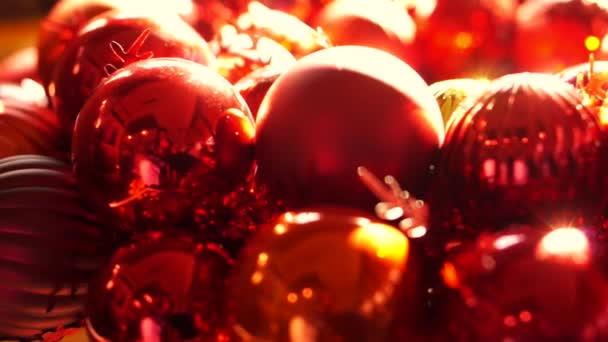 Nahaufnahme, glänzend rot und gold Weihnachten Ball Mistel Ornamente am Morgen Neujahr Licht