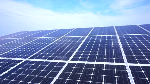 Pohybující mračna nad solární panely