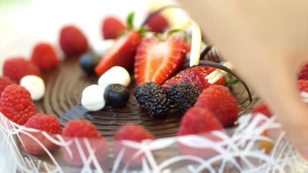 čokoládový dort s čerstvým ovocem