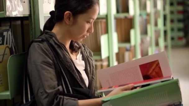 dívka čtení knihy