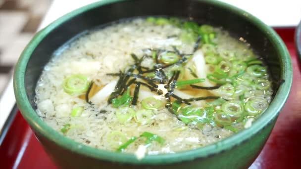 Udon polévka s tempura zálivka