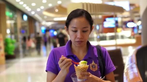 Asijské dívky jíst zmrzlinu