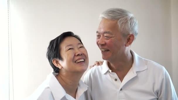 Asiatische altes Paar lachen und reden