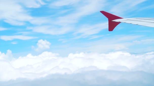 Flugzeug fliegt in die Wolken