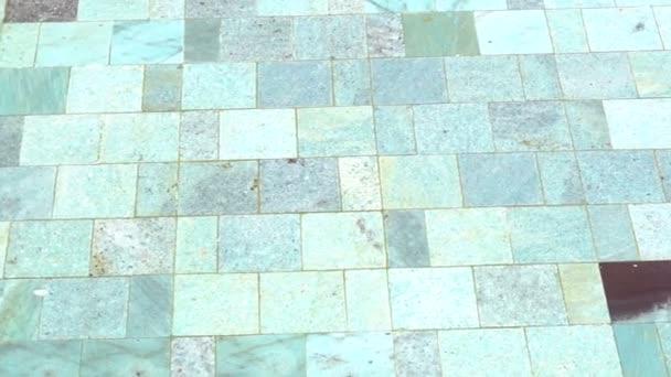 detail jasné bazén s vodou a přírodní kamennou dlažbu