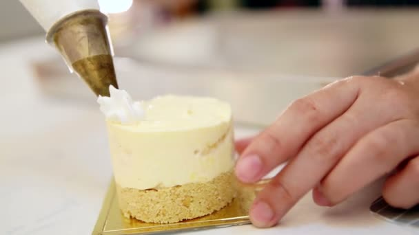 kéz szorította felvert tejszín tészta zsákba díszíteni a tortát díszítés