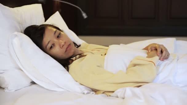 Video starosti asijské žena v posteli, nespavost a přemýšlení o životě