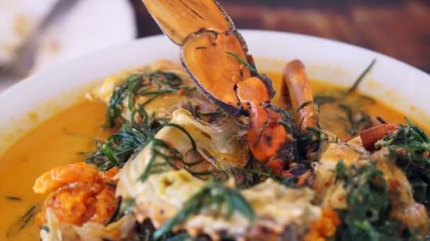 Thajské kuchyně, mořských modrá krab s pikantní kokosová kari polévka a zeleninou