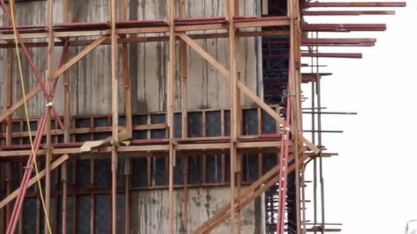 Video ze nalití betonové směsi z jeřábu čerpadla na vrcholu budovy