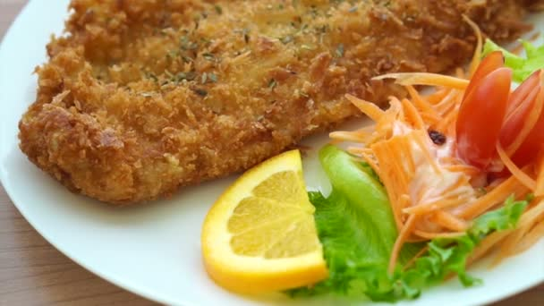 Videó a sült bántalmazott, hal- és színes saláta