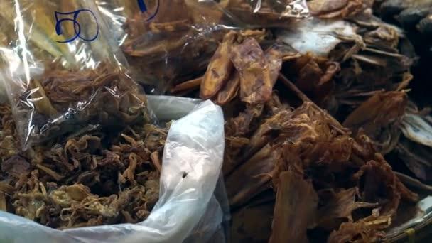 Sušené ryby a mořské plody v kabince trh jihovýchodní Asie