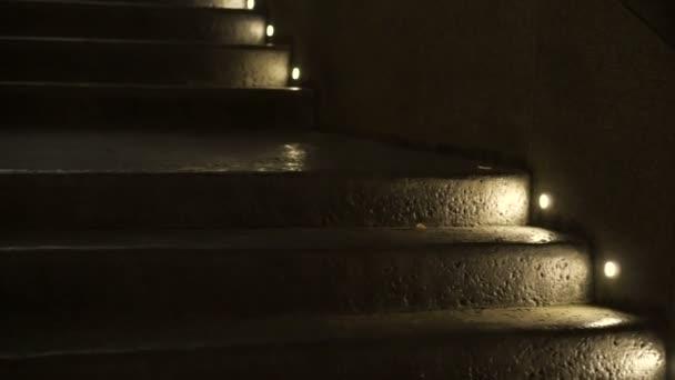krok světlo v noci svítí na syrové betonové textury