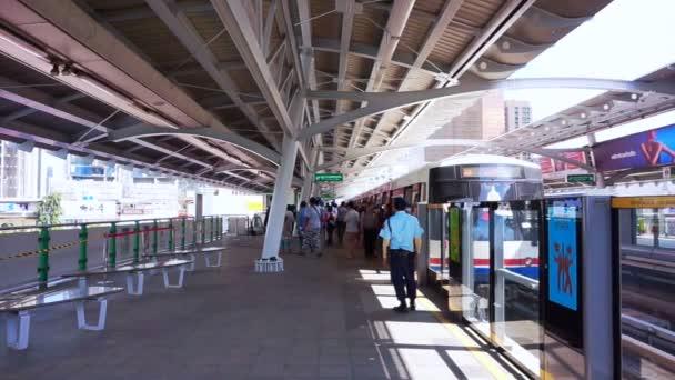 Thajsko, Bangkok, říjen 2015: Bangkok metro stanice. lidé, vystoupíte na stanici s chráničem, sledování