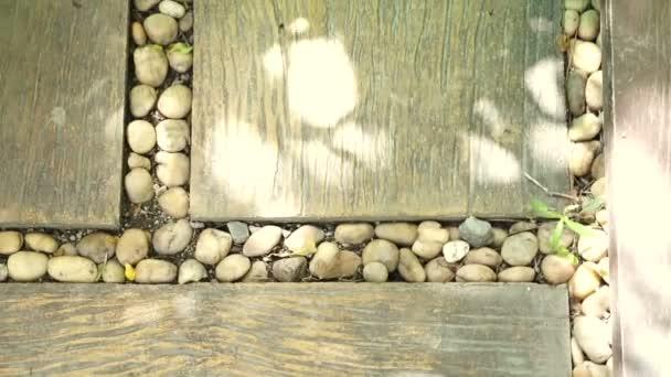 dlažba zahradní krajiny design. oblázkové kameny a dřevěné prkno na podlahu