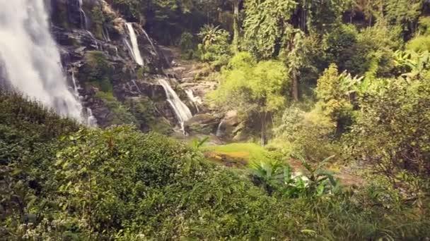 Trópusi vízesés Thaiföld hegyi erdő