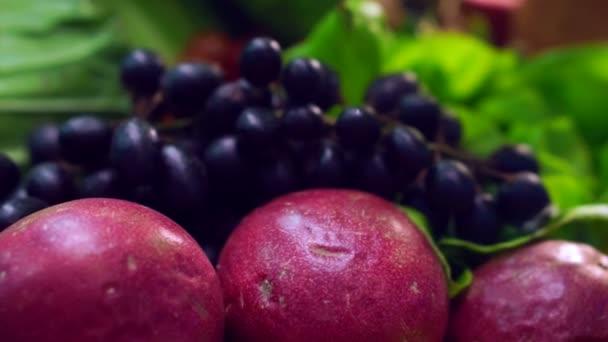 purpurové hrozny ovoce a zeleniny na stůl