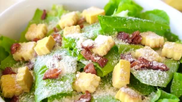 Krásné barevné caesar salát s dresinkem, krutony a parmazánem s žlutým Dýňová polévka. zdravé jídlo