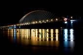 Most s červeným obloukem v noční světlo
