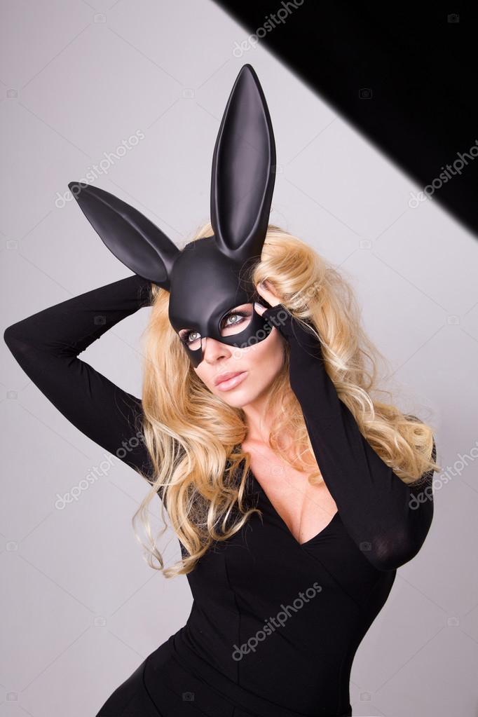 belle jeune femme blonde aux cheveux dans le carnaval masque de bal de lapin avec de longues. Black Bedroom Furniture Sets. Home Design Ideas
