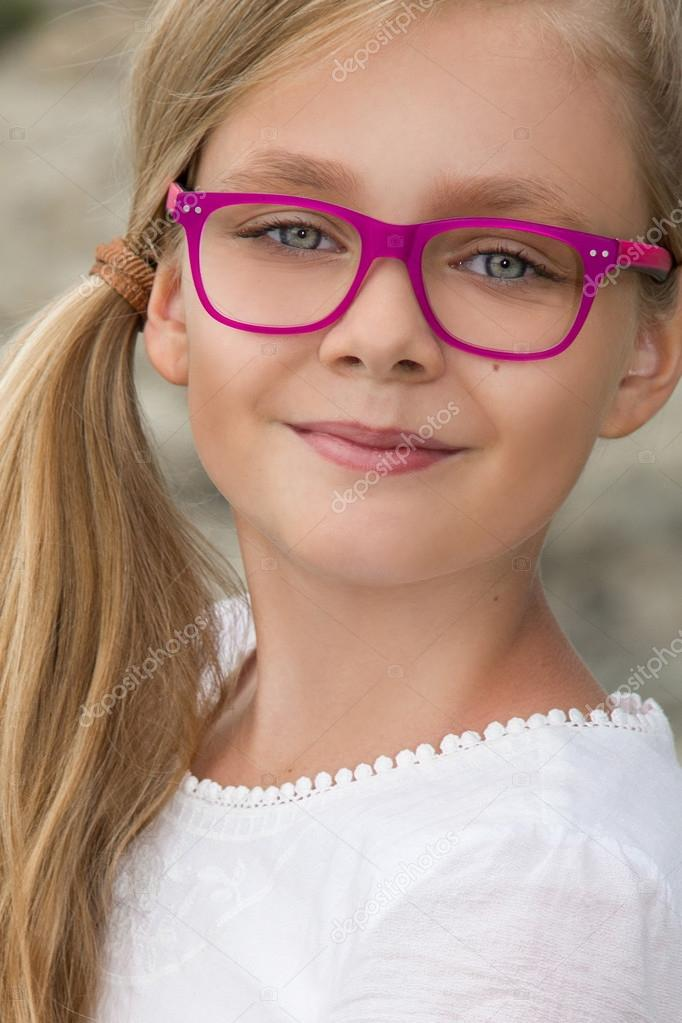 junges sch nes m dchen model lange blonde locken l chelnd in rosa brille und ein schickes kleid. Black Bedroom Furniture Sets. Home Design Ideas