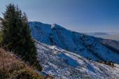 Úžasný slunečný den v horách Tian-Shan poblíž města Alamty v Kazachstánu