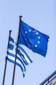 Vlajka Evropské unie a řeckou vlajku, mával ve větru