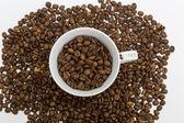 Csésze kávé- és babkávé. Közelről