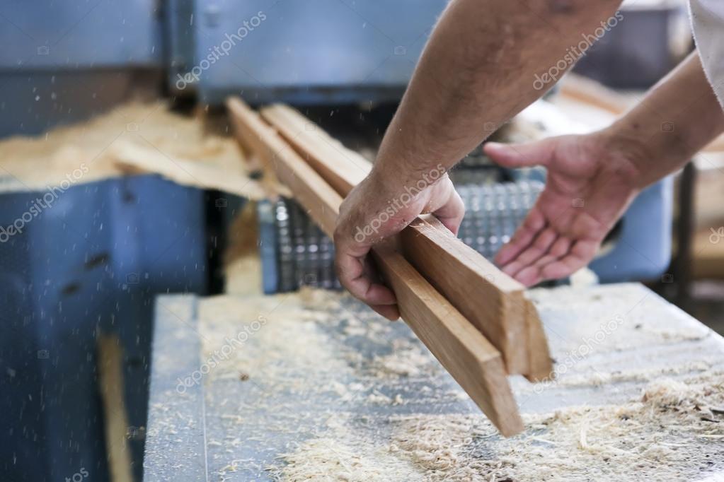 Artesanos cortan un pedazo de madera en una fábrica de carpintería ...