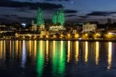 Kilátás a vízpartra és a város éjjel, Bakuban, Azerbaija