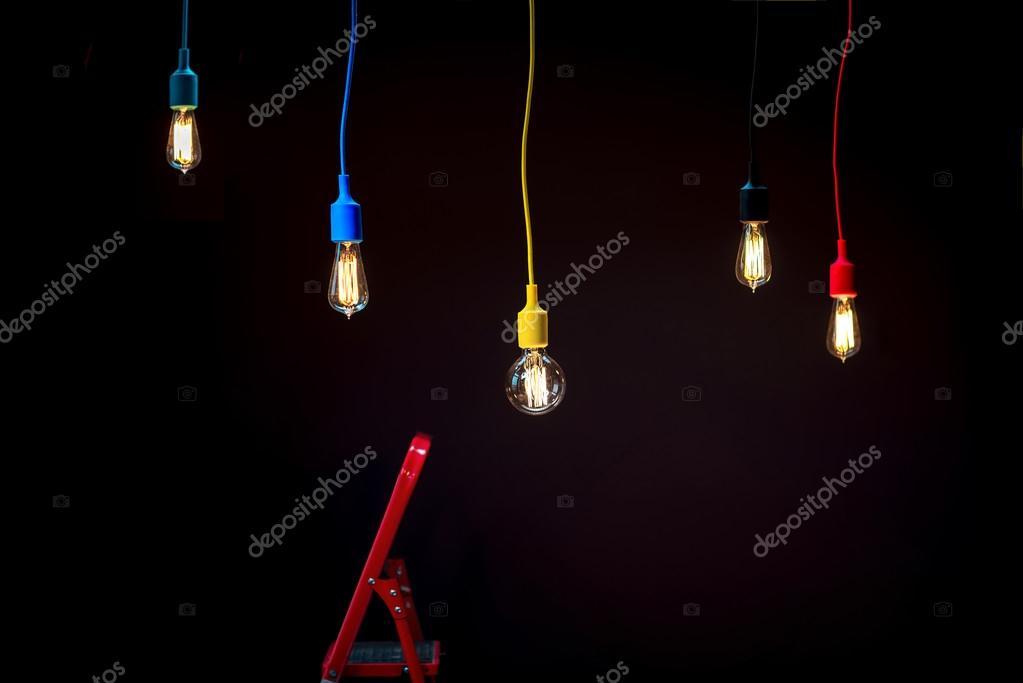 Plafoniere Con Lampadine : Lampade a plafoniera colorato con scala rossa u foto stock
