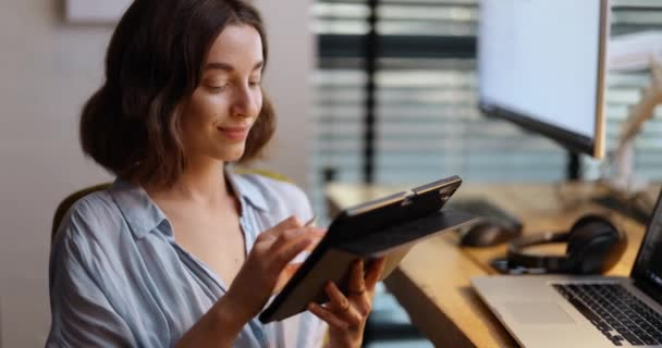 Veselá žena s digitálním tabletem v domácí kanceláři