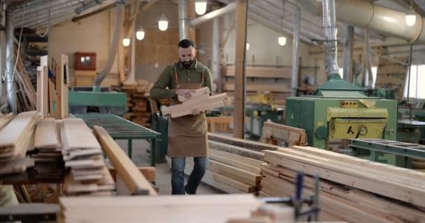 Muž pracující se dřevem v truhlářství