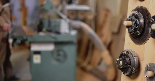 Arbeiten an der alten Schleifmaschine in der Schreinerei
