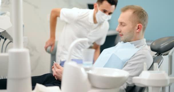 Grüße mit dem Zahnarzt in der Zahnarztpraxis