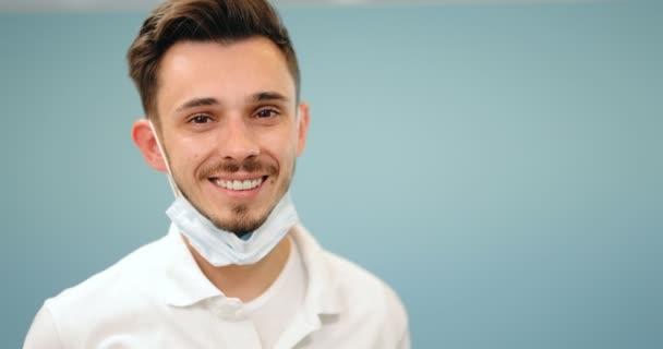 Portrét mladého usmívajícího se zubaře