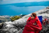 Fotografie Žena ve spacáku na hoře