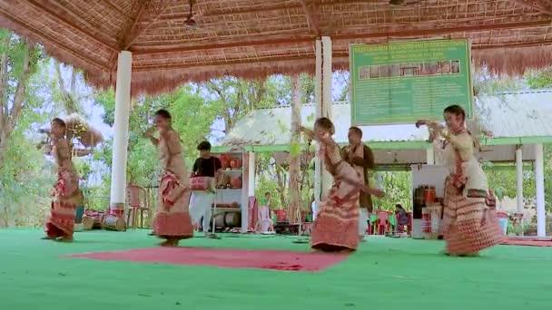 mladé dívky předvádějící autentický indický klasický tanec v tradičním nošení na festivalu v orchidejovém parku Asm Indie na 13.dubna 2021.