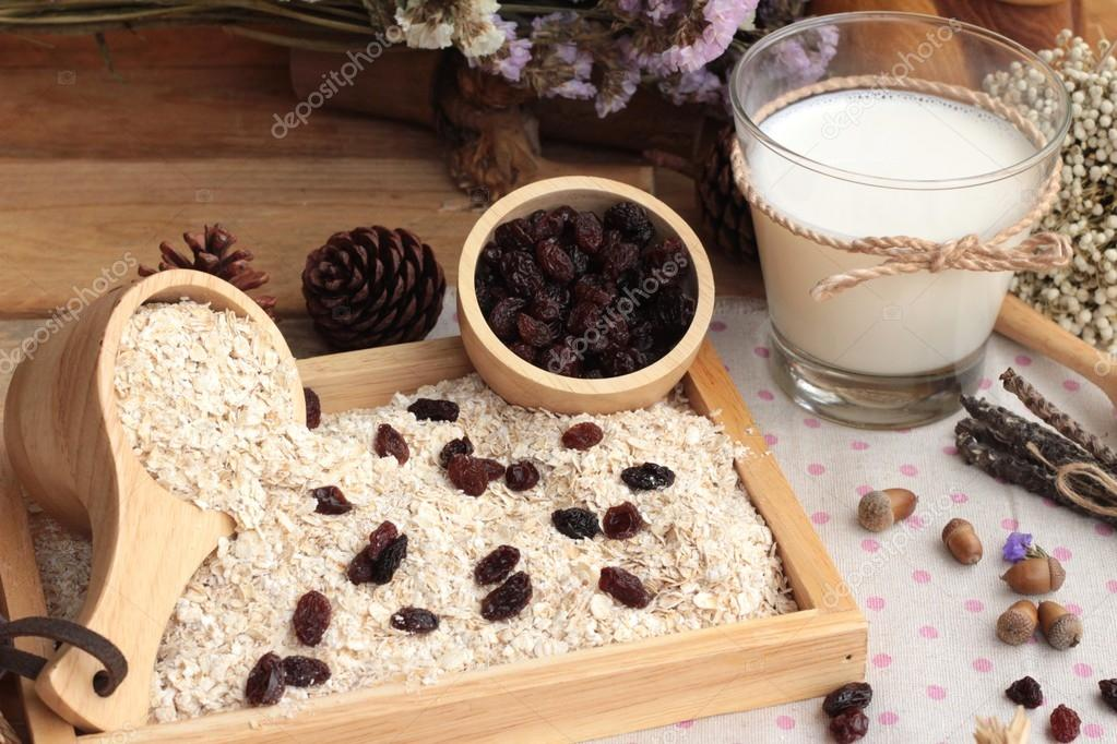 Oat flakes with currant dried fruit and milk