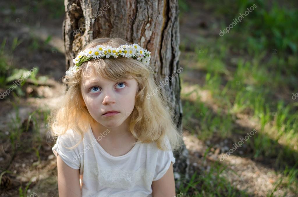 e73f8d422cb Roztomilá blonďatá holčička s daisy květ čelenka — Fotografie od ...