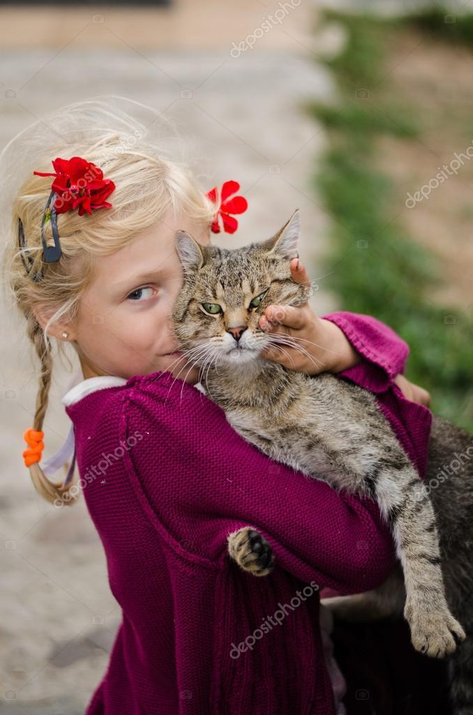 mladá dívka velká kočička