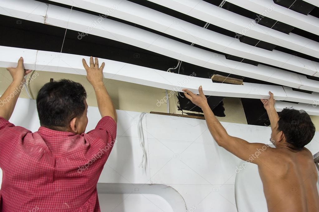 Travailleurs De La Construction Font Le Lattis De Plafond Blanc En
