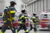 nákladní automobily a hasičů hasiči ve městě